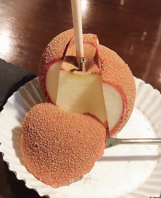 東京都新宿三丁目駅近くにあるりんご飴専門店「ポムダムールトーキョー」の、リンゴとシナモンの甘みが絶妙にマッチしたリンゴ飴✨通常のプレーンも非常に美味しいです!