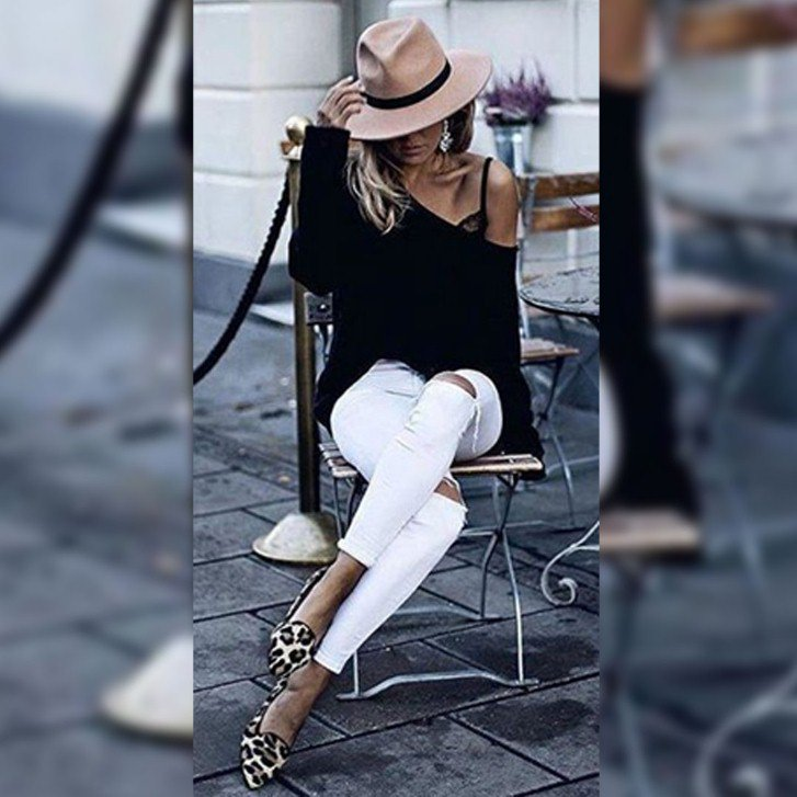CASUAL CHIC LOOK   If you really want to differentiate between another-day-at-the-office-outfit and a fun, stylish, casual-chic outfit, use your accessories to create a totally different look and feel.  . -urhokas.com . #Urhokas #WomanOutfit #WomenStylepic.twitter.com/cfieBTTF5P