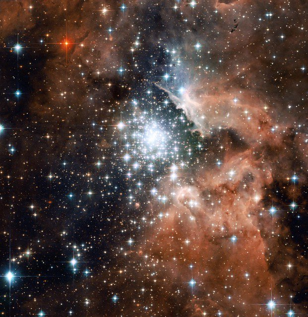 #HubbleClassic Thousands of sparkling young stars are nestled within the giant nebula NGC 3603. About 20,000 light-years away, this stellar jewel box is one of the most massive young star clusters in the Milky Way Galaxy: go.nasa.gov/2P53Tq6