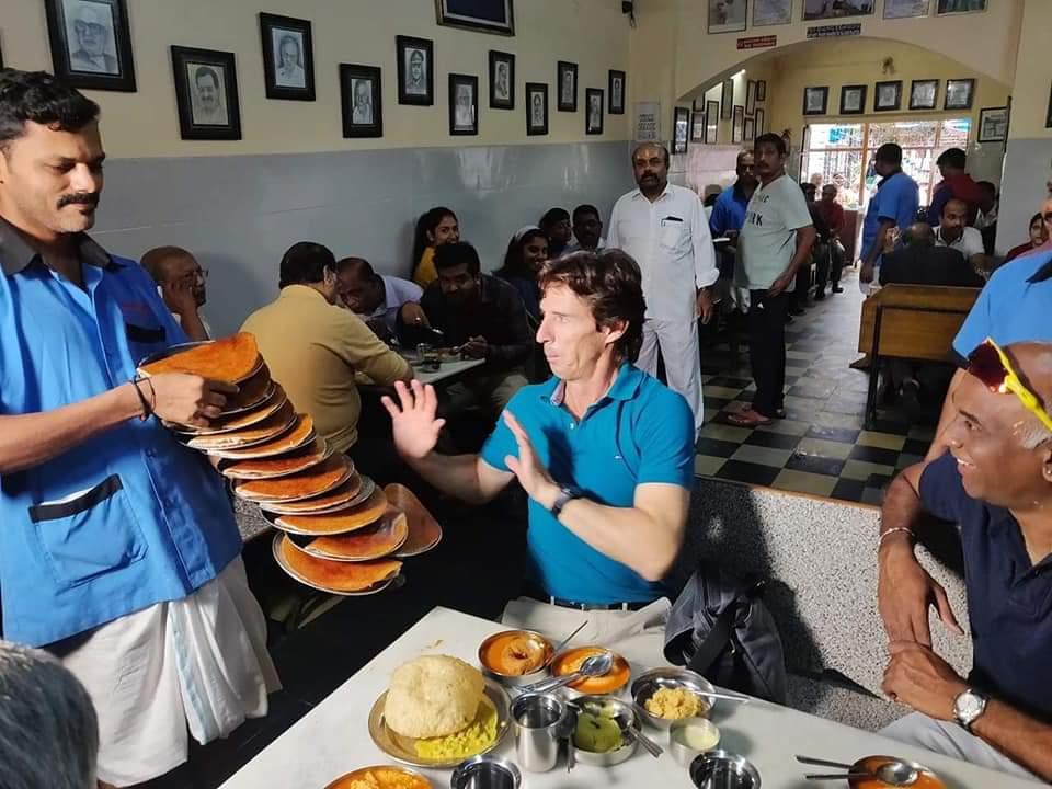 Australian cricketer Brad Hogg at Vidyarthi Bhavan in Bengaluru.  All those yummy Masala Dosas for me???  <br>http://pic.twitter.com/8eiCt15hla