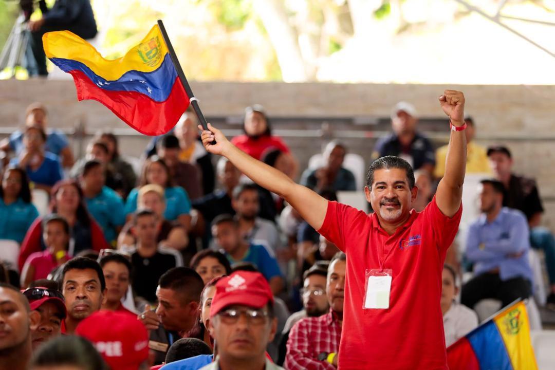 Avanzamos por la senda de una poderosa democracia popular, defendiendo siempre los derechos del pueblo e impulsando los deberes económicos, sociales y políticos, consagrados en nuestra Constitución. ¡Venezuela construye su propio destino!