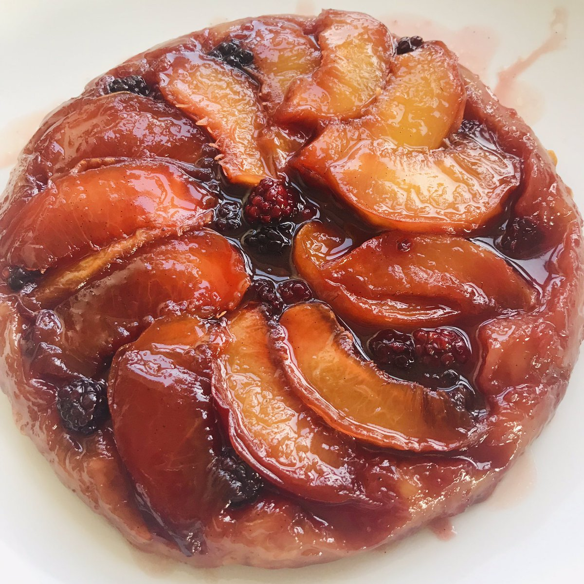 Haul of blackberries from Tooting Common turned into this nectarine and b/berry Tarte Tatin. <br>http://pic.twitter.com/UVXKNLvtYC