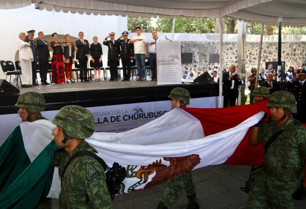 Depositaron una ofrenda floral en el monumento al General Anaya y el Monumento a los Caídos.Asimismo se efectuó la tradicional ceremonia cívica con la participación de la Banda de Gaitas del Batallón de San Patricio y la Banda de Música y Coro de la @SEDENAmx#CoyoacánEsHistoria