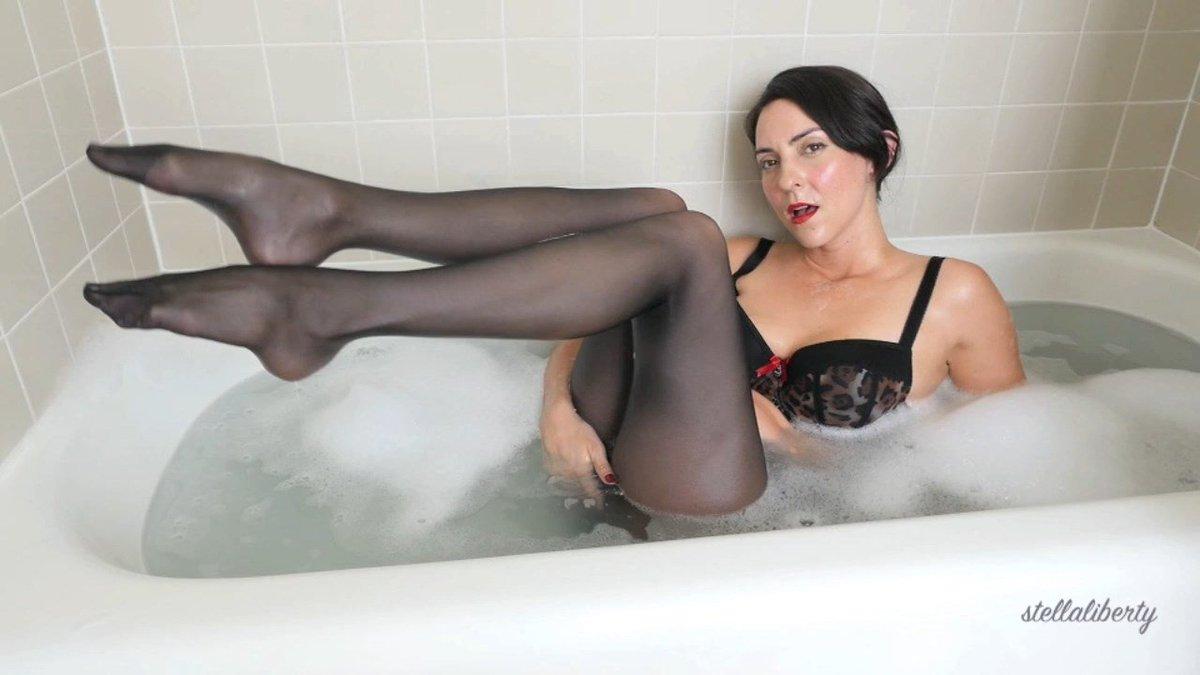 Pantyhoseposes milf taking a bath in pantyhose