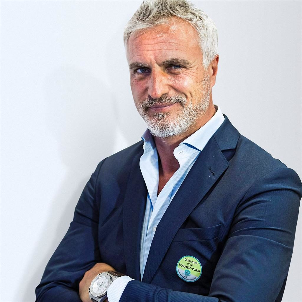 "David Ginola: ""I am currently going for my coaching badges. I would love (to manage #NUFC). That would be the challenge of my life… it would be the perfect situation. The perfect scenario."" <br>http://pic.twitter.com/3VdbWBvDxd"