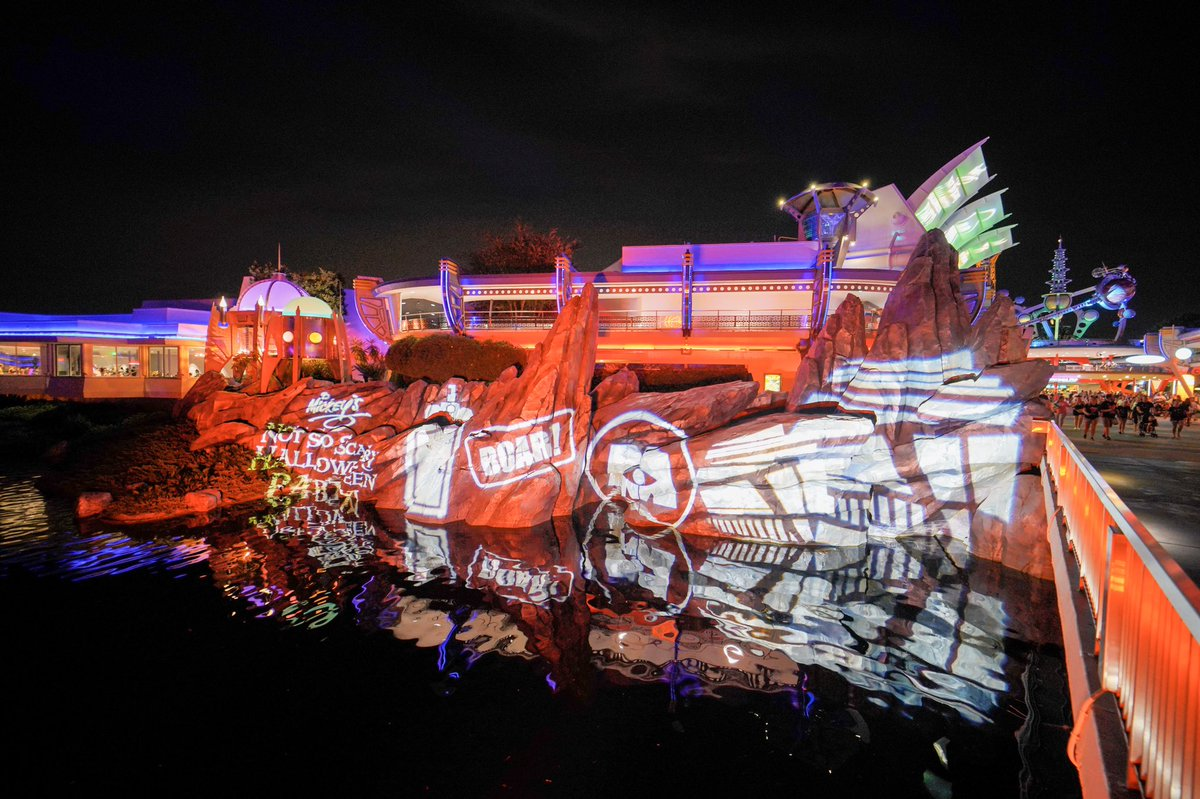 Monsters Inc lighting in Tomorrowland during Mickey's #NotSoScary Halloween Party<br>http://pic.twitter.com/nd0eI01SJd