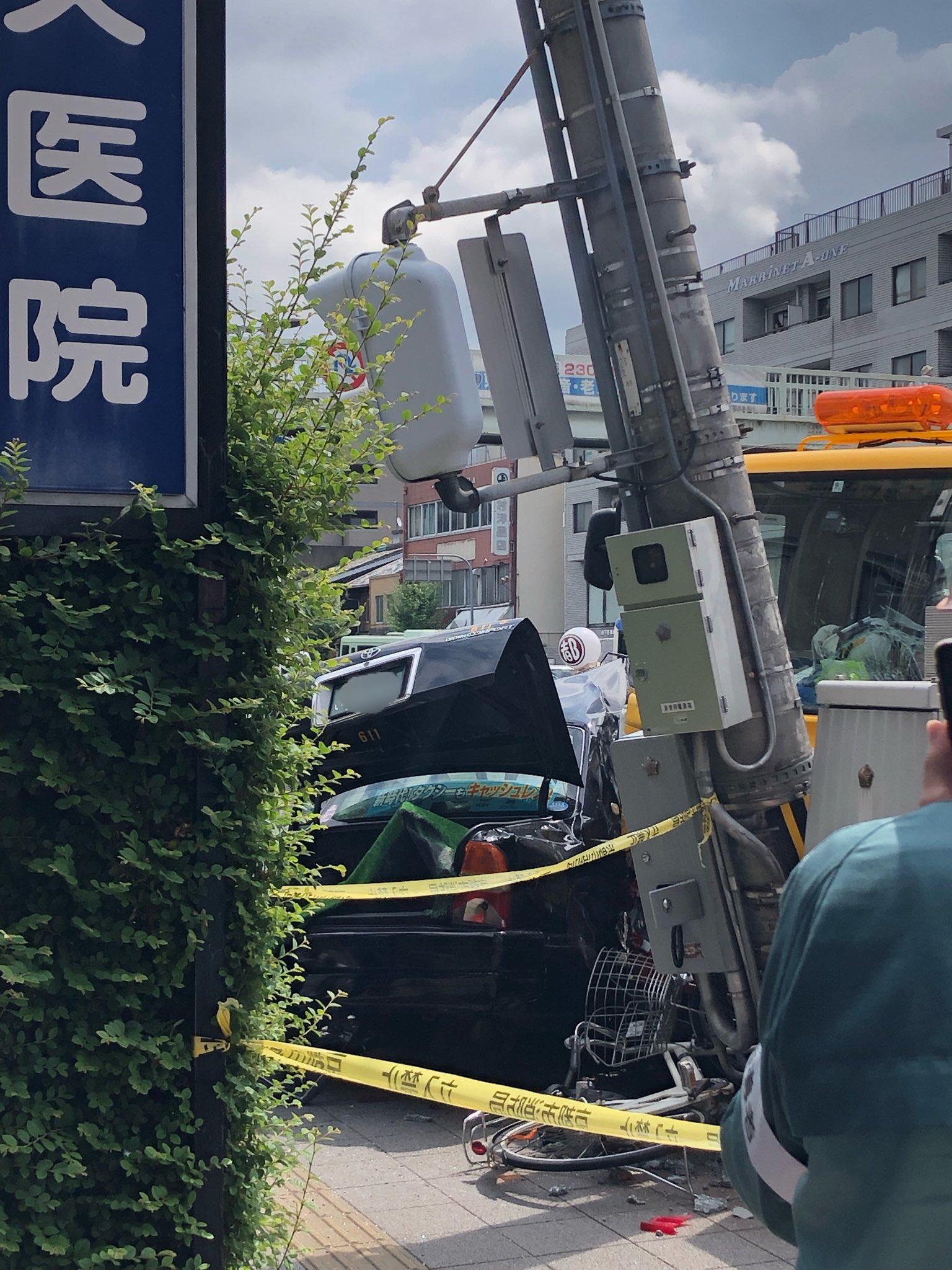 画像,毎月の弘法市してる東寺の交差点ですごい事故…マスコミさんも来てる。 https://t.co/QI5dd6Z5A6。