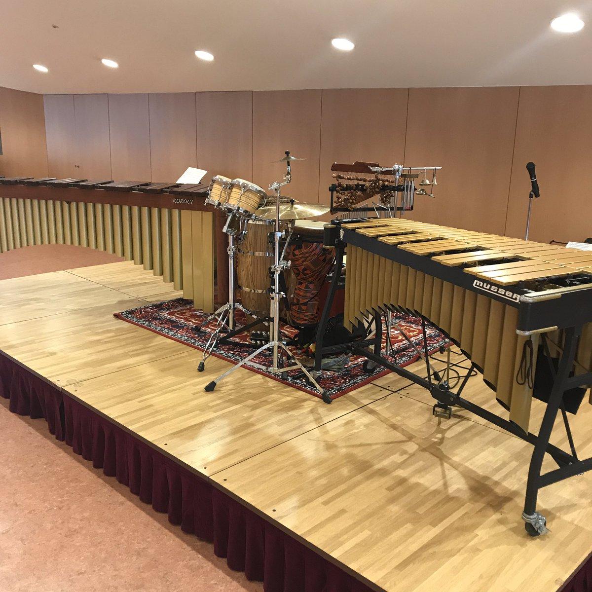 灰色ドラムマットをやめてマイネルの絨毯ドラムマットにしてみた! 見てこの見栄え!かわいい! ドラムマットよりさらに音吸われてタイトな音になる感じ。 この日はマリンバの低音結構吸われてた感じがする。のっちゃってたし  全色んな施設でアウトリーチされるパーカッションはの方々、おススメ!