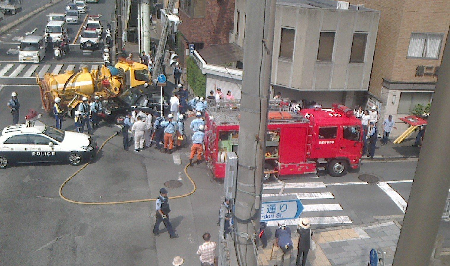 画像,救急車や消防車やパトカーが20台くらい出動していてナニゴト(`ι_´;)!と思ったらタクシーと給油車?が出合い頭に衝突していて大変な事になっていた。 https…