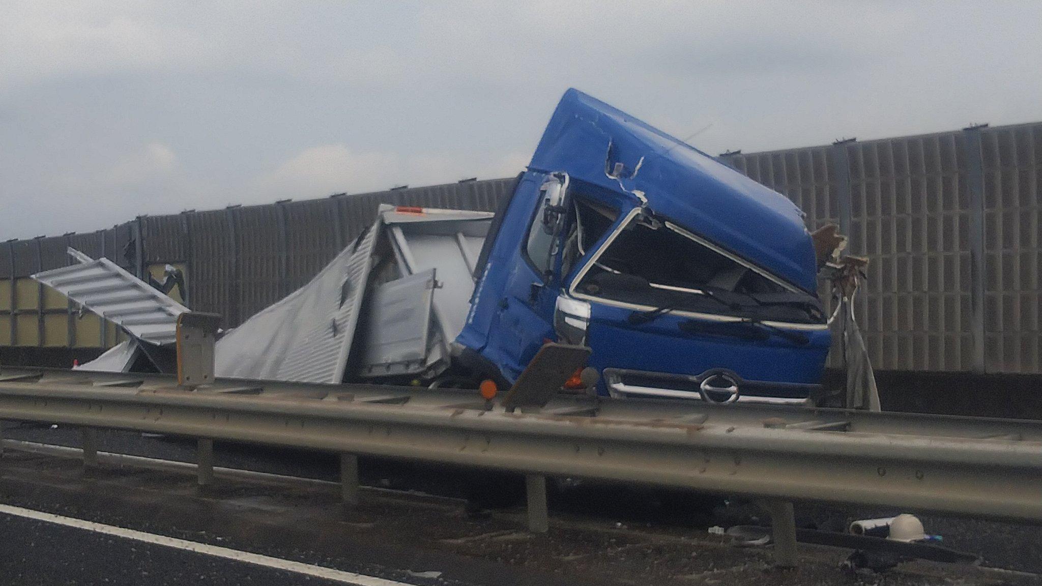 圏央道の狭山PAでトラックが大破する事故の現場画像