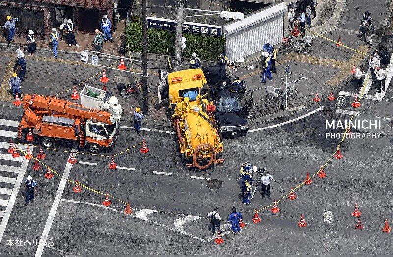 画像,京都市南区四ツ塚町の国道交差点で、道路清掃車とタクシーが衝突し、2台とも弾みで歩道に突っ込む事故がありました。70代男性が心肺停止となり、女性2人が頭部を切るな…