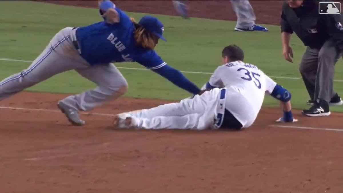 Cody Bellinger's pants fall off on slide