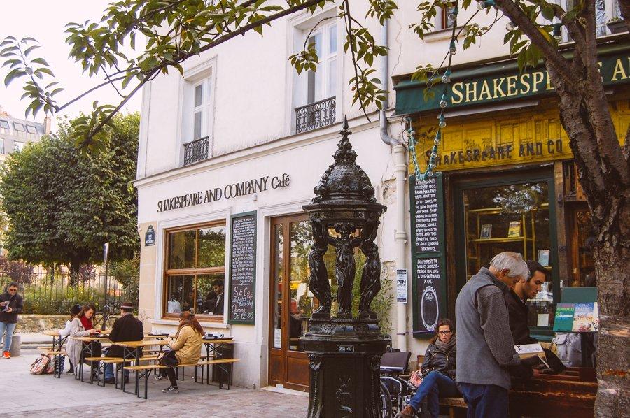 Shakespeare and Company         #Paris  Un café et des livres  <br>http://pic.twitter.com/u5djmxS6Uo