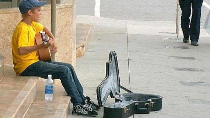 Wow! This is a major throwback! On this day in 2007, Justin Bieber was doing his thing, busking on the steps of the Avon Theatre in Stratford, Canada.<br>http://pic.twitter.com/EUrA0EqHhD