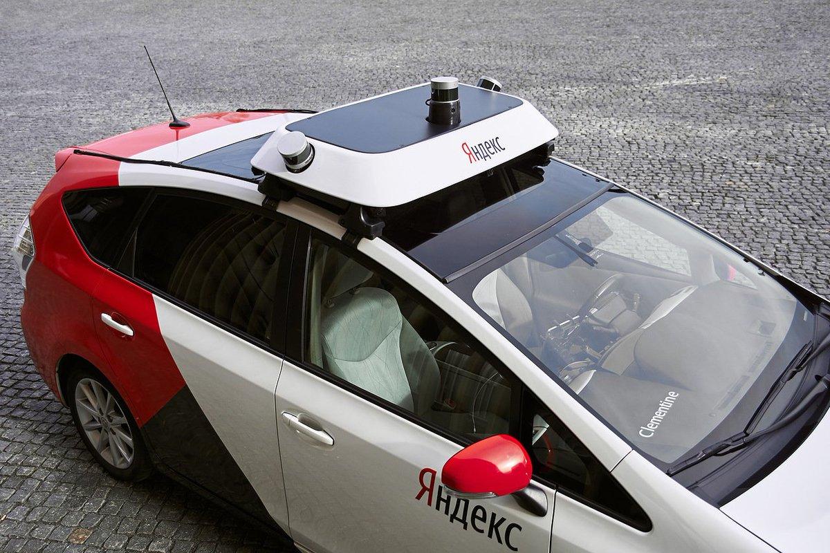 Корреспонденты ТАСС провели тест-драйв беспилотного автомобиля «Яндекса» и поделились, что «автопилот водит примерно как вы в первое время после получения прав, но ПДД знает лучше и никогда не нарушает». Фото: «Яндекс». Подробнее: https://t.co/CZtURrciqV