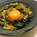酒とご飯がガンガン進む!?トロトロの茄子と卵黄、タレが絡み合う「茄子ユッケ」の作り方!