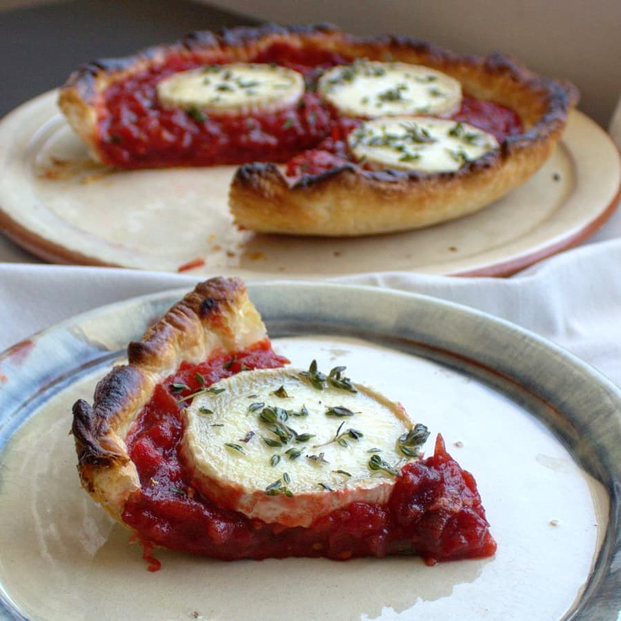 Tarta de tomate y queso de cabra al horno que nos trae @eladerezo ¡Una #HoraDelSabor saludable, sabrosa y sencilla de preparar con productos #TierraDeSabor! 🍅🐐 ¡Atentos a la receta! 👉🏻 ow.ly/GHFa50vE5m3