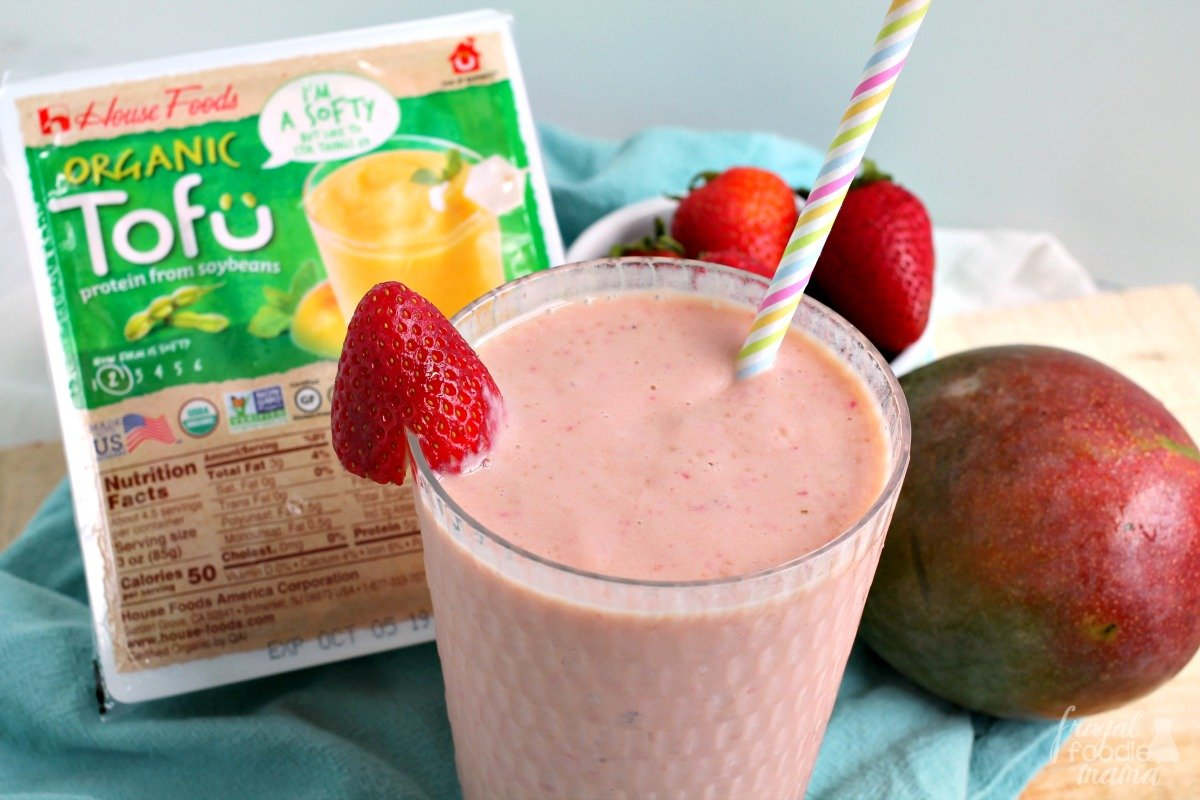 This kid-approved Strawberry Papaya Tofu Smoothie makes the perfect quick & easy after school snack! Recipe at>> thefrugalfoodiemama.com/2019/08/strawb… #ad Download a copy of The #TalesOfTofu at>> clvr.li/TheTalesofTofu #HouseFoodsPartner