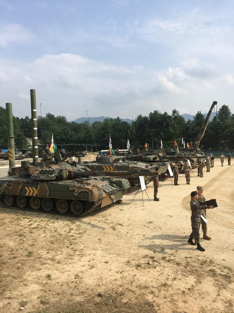 الجيش الامريكي يختبر دبابه T-80 الروسيه الصنع  ECgDvBIU8AAZx1Z