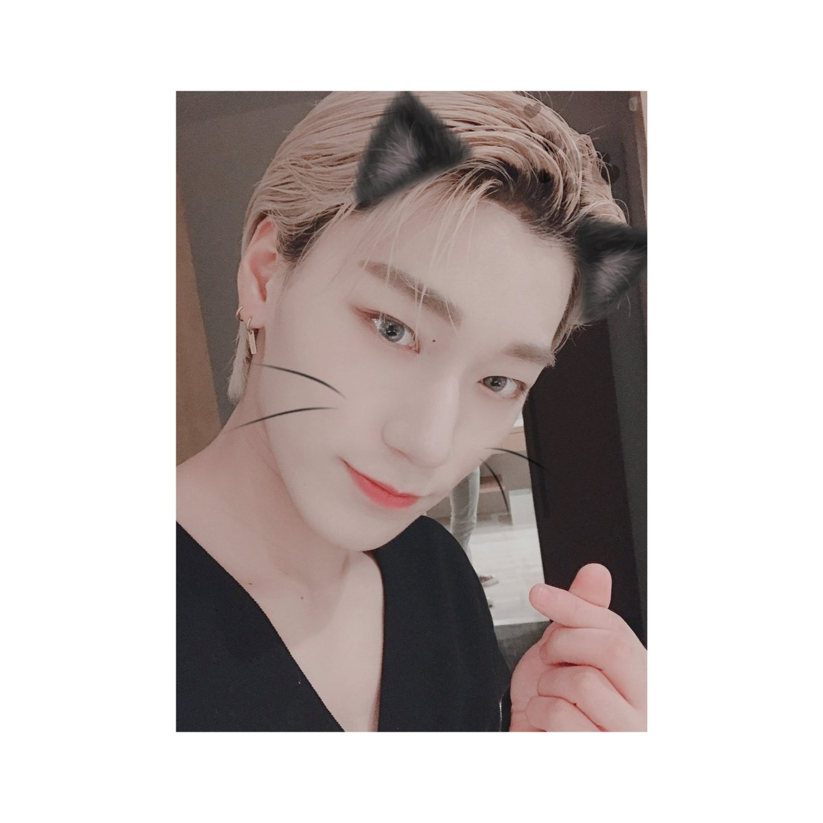 """""""Right now we're in the blue ocean... Somewhere over the waves...""""   Tentei km  #AtinySelcaDay @ATEEZofficial<br>http://pic.twitter.com/RVGd9zpnBW"""