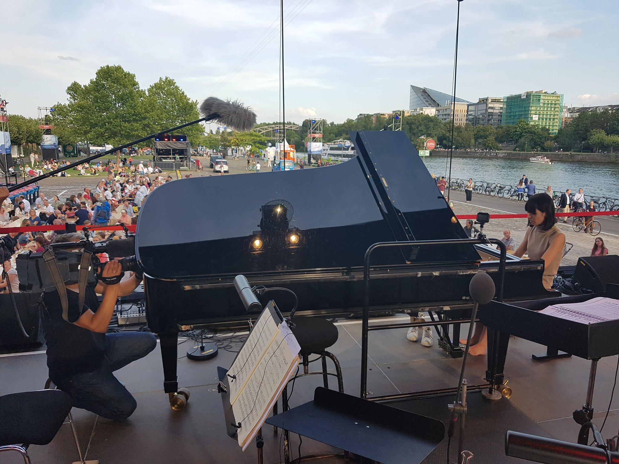 Die Pianistin @AliceSaraOtt bei der Technik-Probe für das #EuropaOpenAir des hr-Sinfonieorchesters und der Europäischen Zentralbank an der Weseler Werft in Frankfurt. #hrSo #hrBigband #ezb #kultur @alicesaraott @MeinFrankfurt @Stadt_FFM @visitfrankfurt @FrankfurtTipp @wtf_ivi