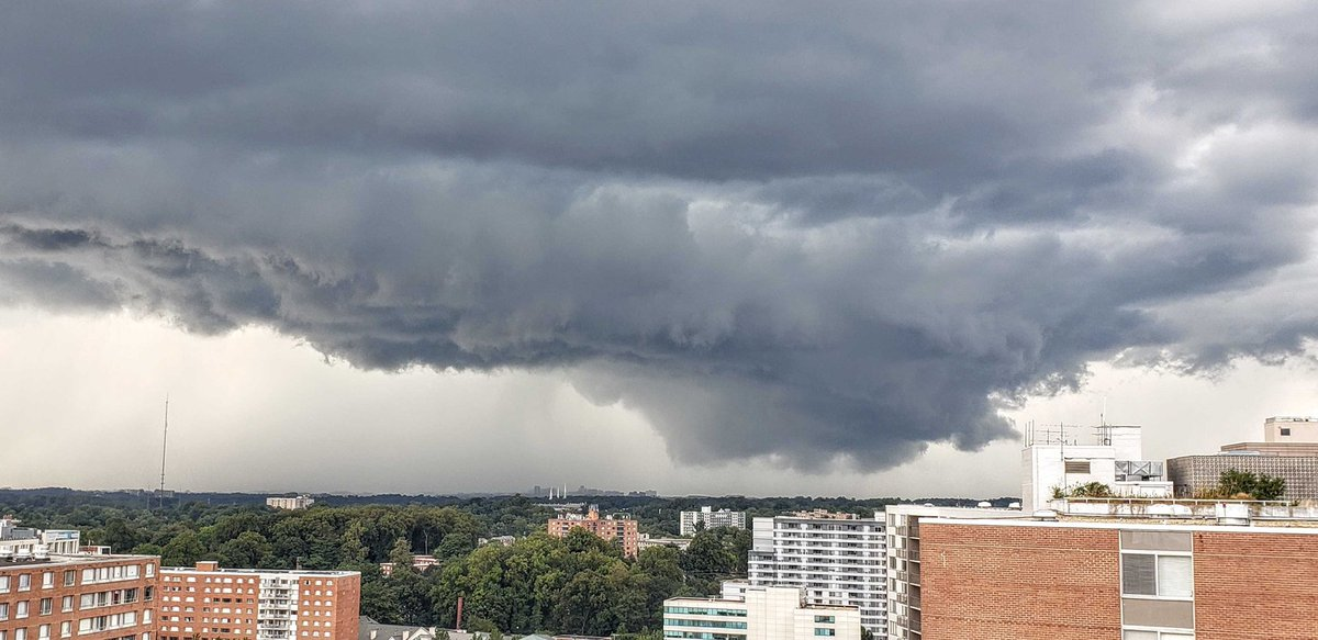 VERY ominous looking clouds approaching DC from the north! #MDwx #DCwx <br>http://pic.twitter.com/jBrtsYS43E