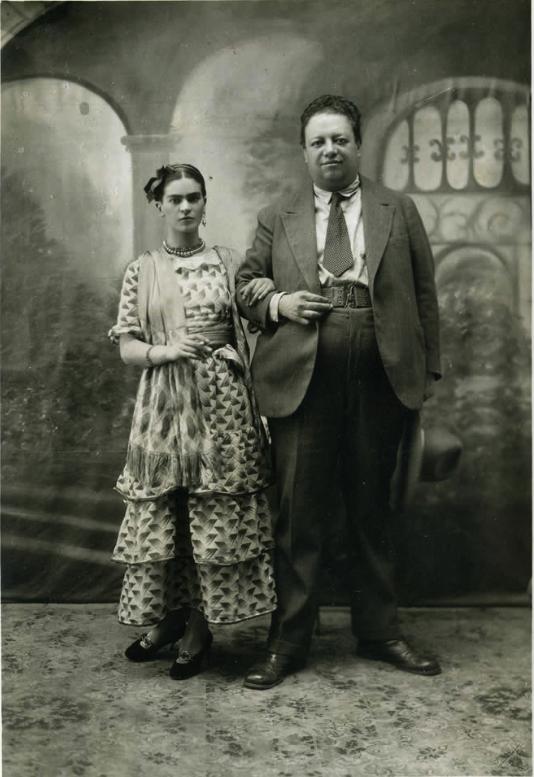 """#UnDíaComoHoy En 1929, #FridaKahlo y #DiegoRivera se casaron en Coyoacán.El periódico La Prensa publicó esta fotografía y describió el evento como """"una ceremonia modesta, con un ambiente cordial y discreto, sin ostentación ni formalidades pomposas""""."""