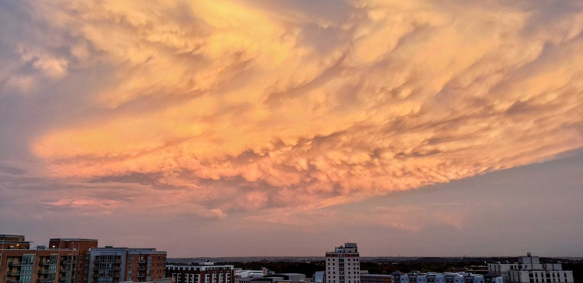 The sky over northern Virginia right now is breathtaking. #VAwx #DCwx <br>http://pic.twitter.com/NxmEmtPpKA