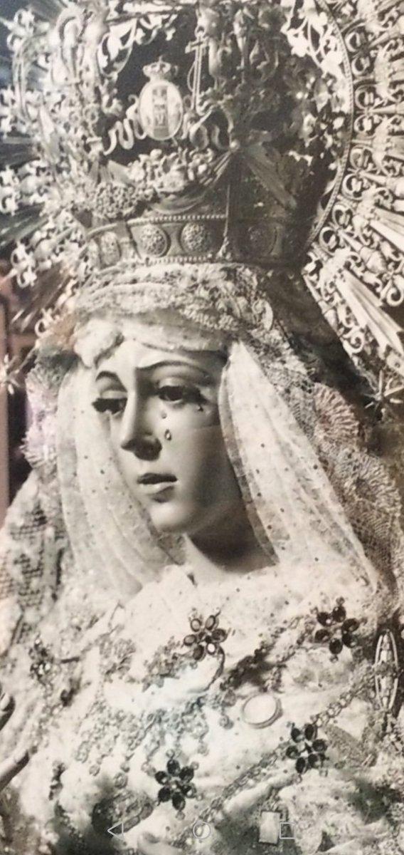 Ella conoce todo lo que sucede en nuestra existencia, nos sostiene con amor materno en las pruebas de la vida. Es una Madre cercana, que no nos pierde nunca de vista; es una Madre tierna, que nos lleva de la mano por el camino de la vida.#MaríaReina#22agosto#SpesNostra