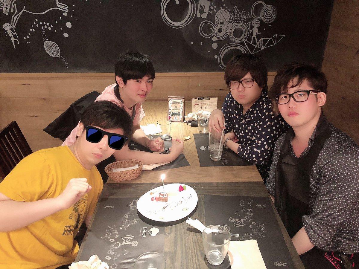 もこうさんと平田社長達とコミケの打ち上げに来たら予約時のミスで誰も誕生日じゃないのにめっちゃ盛大に誕生日を祝われて全員感情を無くした。写真に写ってる人、誰も誕生日ではない。