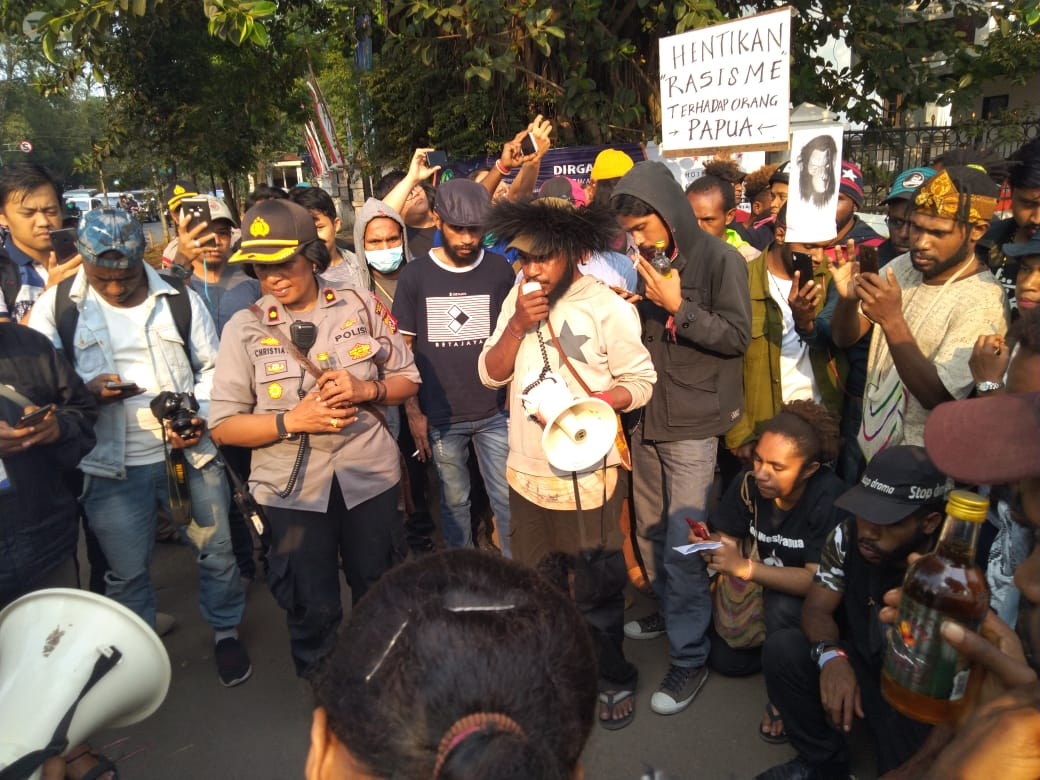 Mahasiswa Papua yang menanti @AksiKamisanBDG di depan Gedung Sate dapat kiriman dua dus minuman beralkohol. Mereka kembalikan ke polisi yang mengirimnya. Dokumentasi foto: FRI-WP