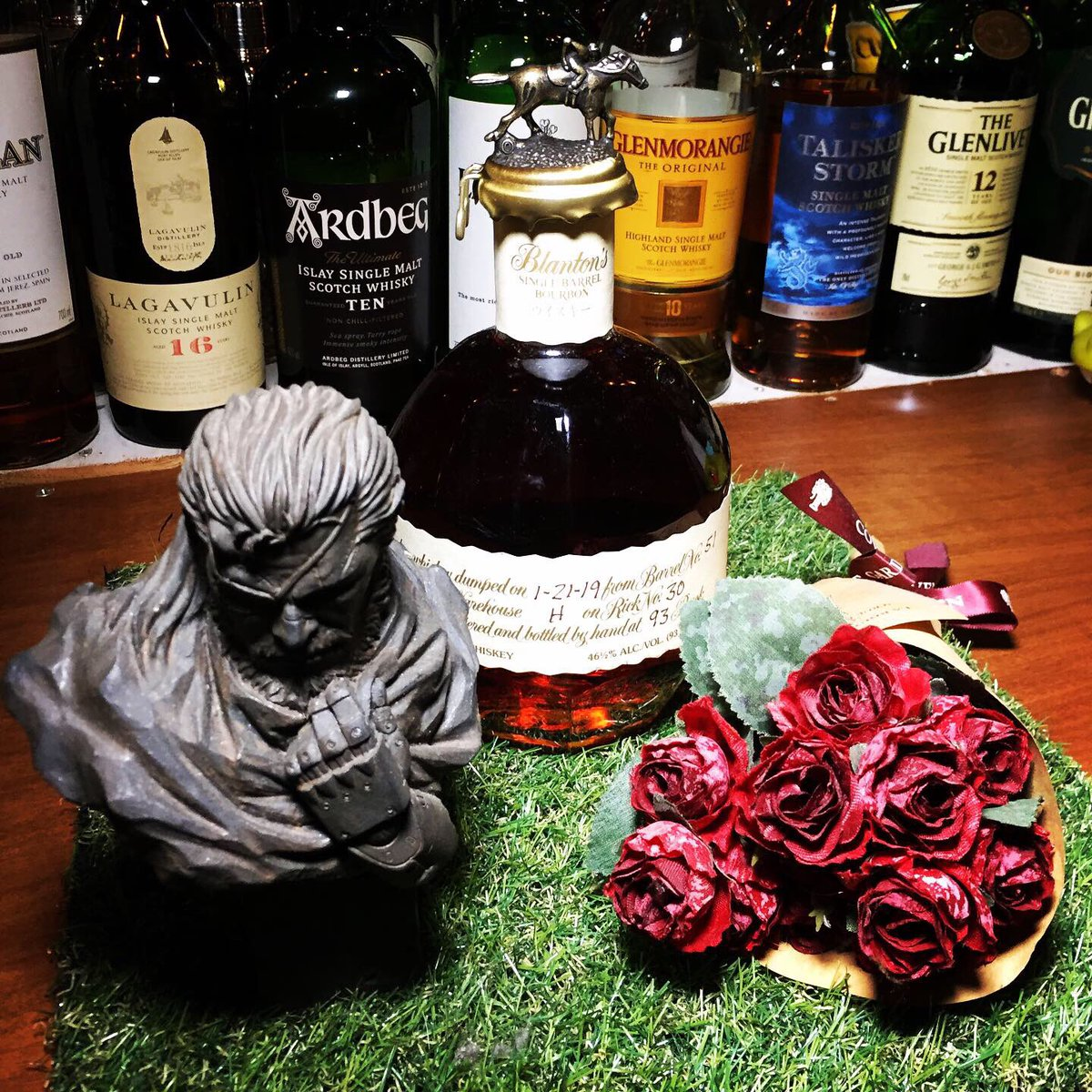 """🇺🇸新入荷🇺🇸バーボンウィスキー  🐎ブラントン🐎 「ブラントン」は""""唯一無二のバーボン""""と称される、バーボンウイスキーの代表銘柄。約8年かけて熟成された原酒を、それぞれの樽ごとに瓶詰めする「シングルバレルバーボン」であり、ケンタッキーダービーの騎手と馬を冠した印象的なキャップでも知られる"""