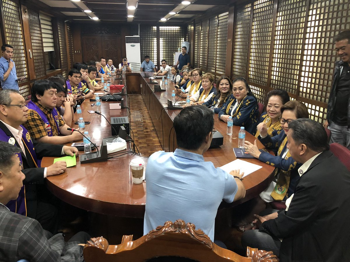 Talking to Soroptimist Intl & Lions Club officers about his city plans this pm, Mayor @IskoMoreno also meets an average of 10 unscheduled groups for 15 to 30 mins each daily. To those w/o schedule: Ang talo nila sakin ay inip. Kung kaya akong hintayin, haharapin ko silang lahat.
