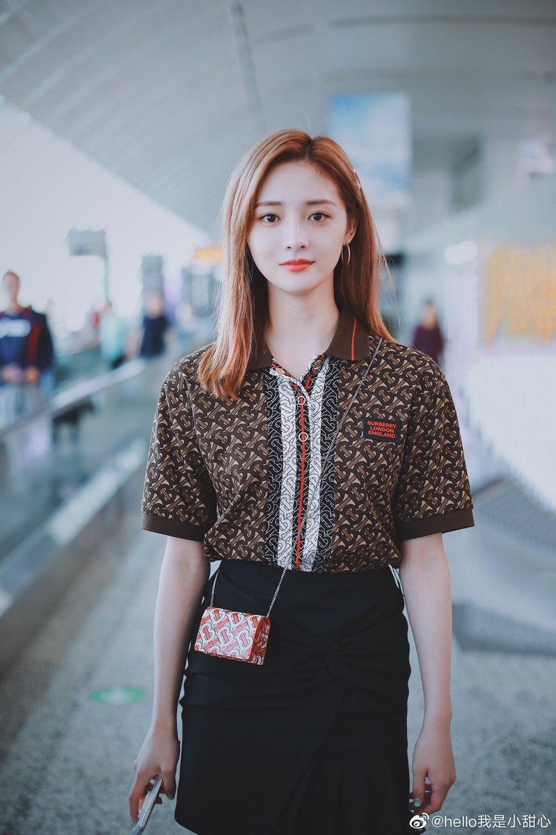 ここ最近ギョルギョンもソンソも同じシャツ着てるしリサも同じブランドの似たようなトップスを着ている