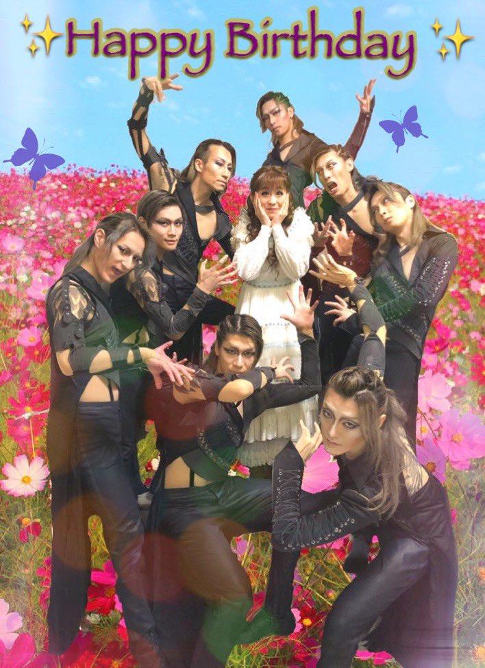 """昨日は我がトート閣下が""""ウン グランデ アモーレ""""を注ぐちゃぴシシィの生誕祭でありました。彼女のたっての願いでお花畑で開催。笑トートダンサーとこの背景…。あまりの不釣り合いの構図により我々のキャラが崩壊し始めるの図。#エリザベート#ちゃぴちゃんおめでと #トートダンサー"""