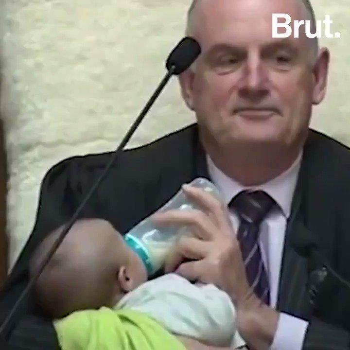 En pleine séance, le président du Parlement néo-zélandais a bercé et donné le biberon au bébé de l'un des députés. Et ce nest pas la première fois...