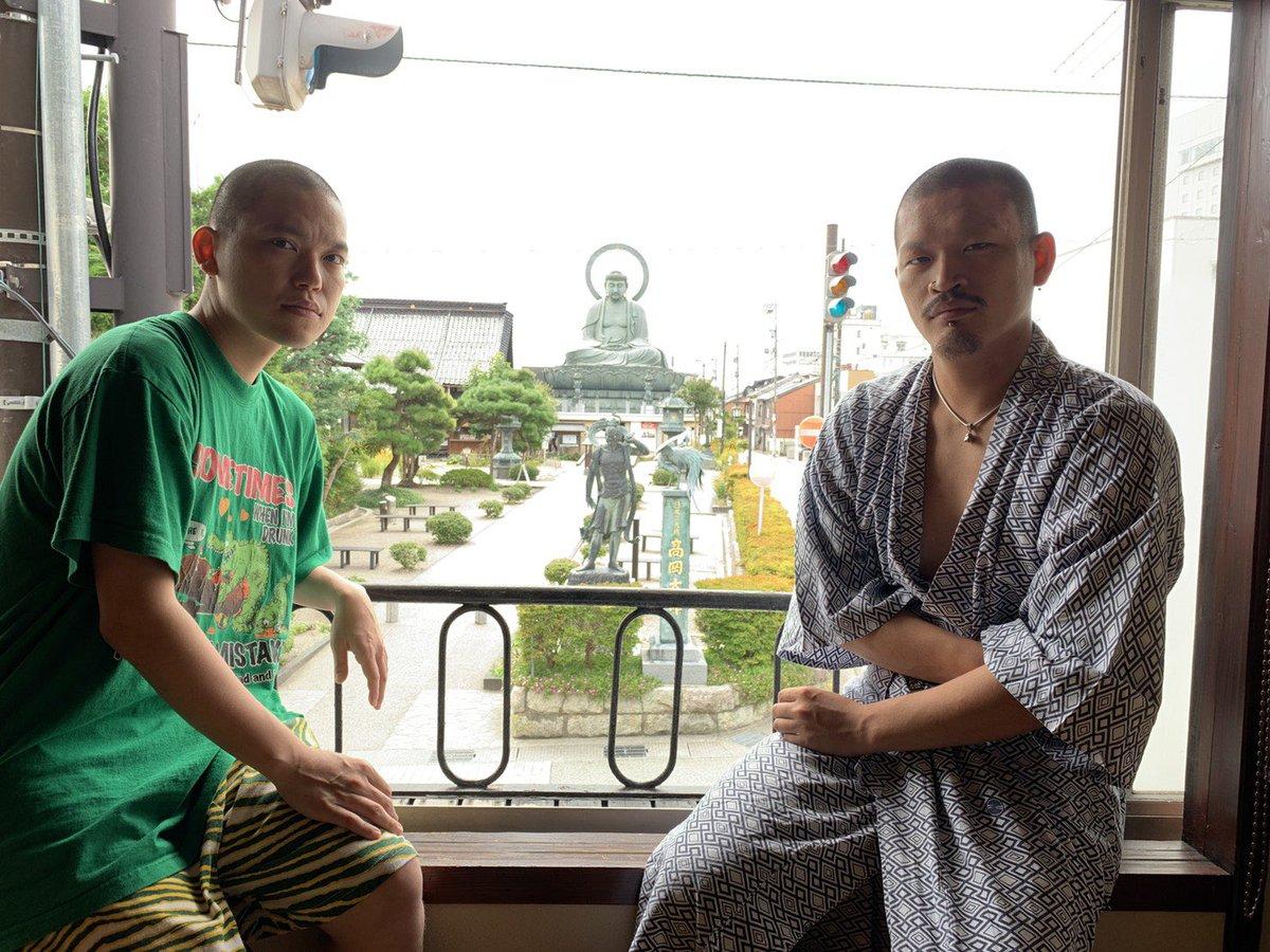 富山県の大仏の見える旅館「角久」さんで動画のワンシーンを撮らせてもらいました。めっちゃいい動画になったので、復帰後に是非見てください🌜それにしても浴衣姿のへきほーは完全に温泉大好き893で相方ながら怖かった🤮