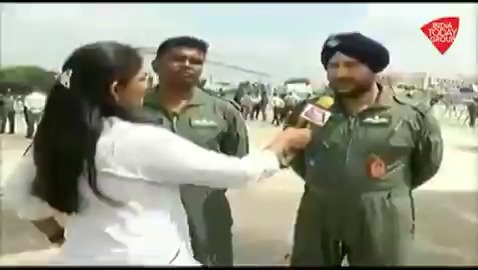 भारतीय वायुसेना के जवानों से जानिए कि किस तरह उन्होंने महाराष्ट्र के बदलापुर में बाढ़ के बीच फंसी महालक्ष्मी एक्सप्रेस के यात्रियों को बचाया था#ReporterDiary @gopimaniarअन्य वीडियो: http://bit.ly/IndiaTodaySocial…