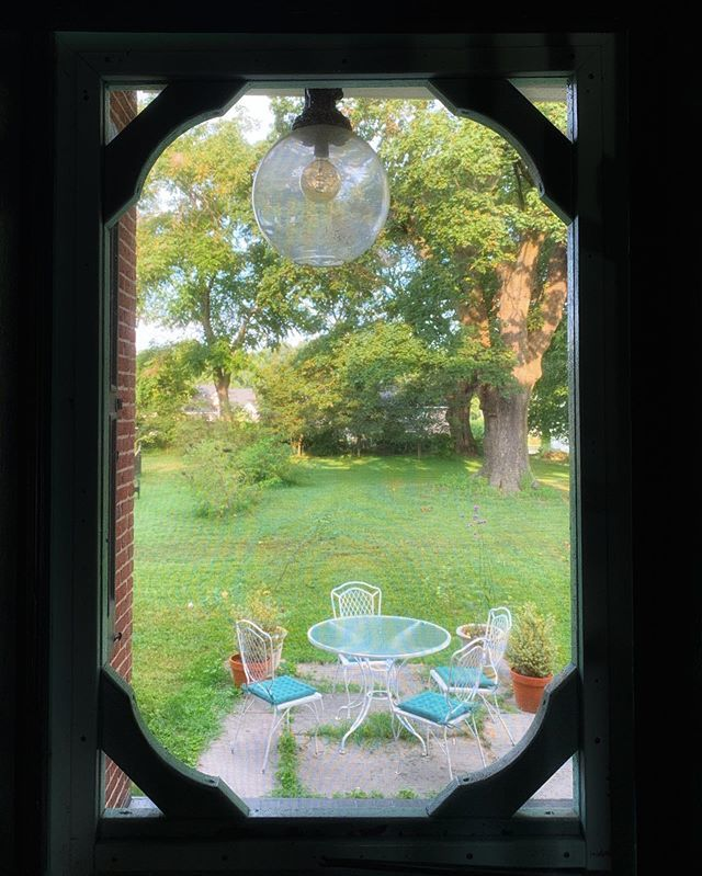 Morning view through the screen door. . Cooler air is on the way, and I can't wait to open every window and door. One of my favorite ordinary things? A summer breeze. . #outoftheordinarypodcast #homeisaplaceofwonder https://ift.tt/2U4cecNpic.twitter.com/TcWWoNinoR