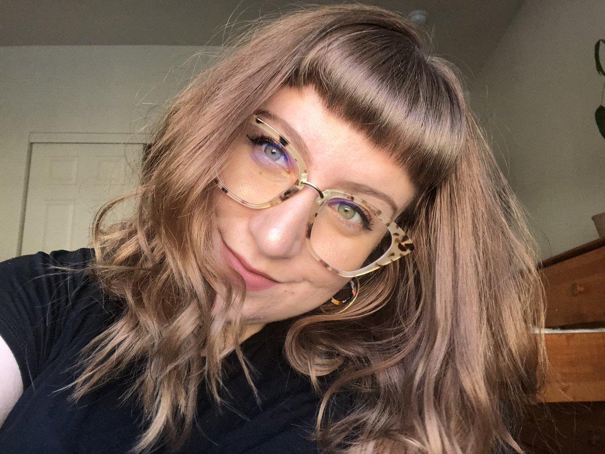 new glasses face!<br>http://pic.twitter.com/QgLEOUF0Ek