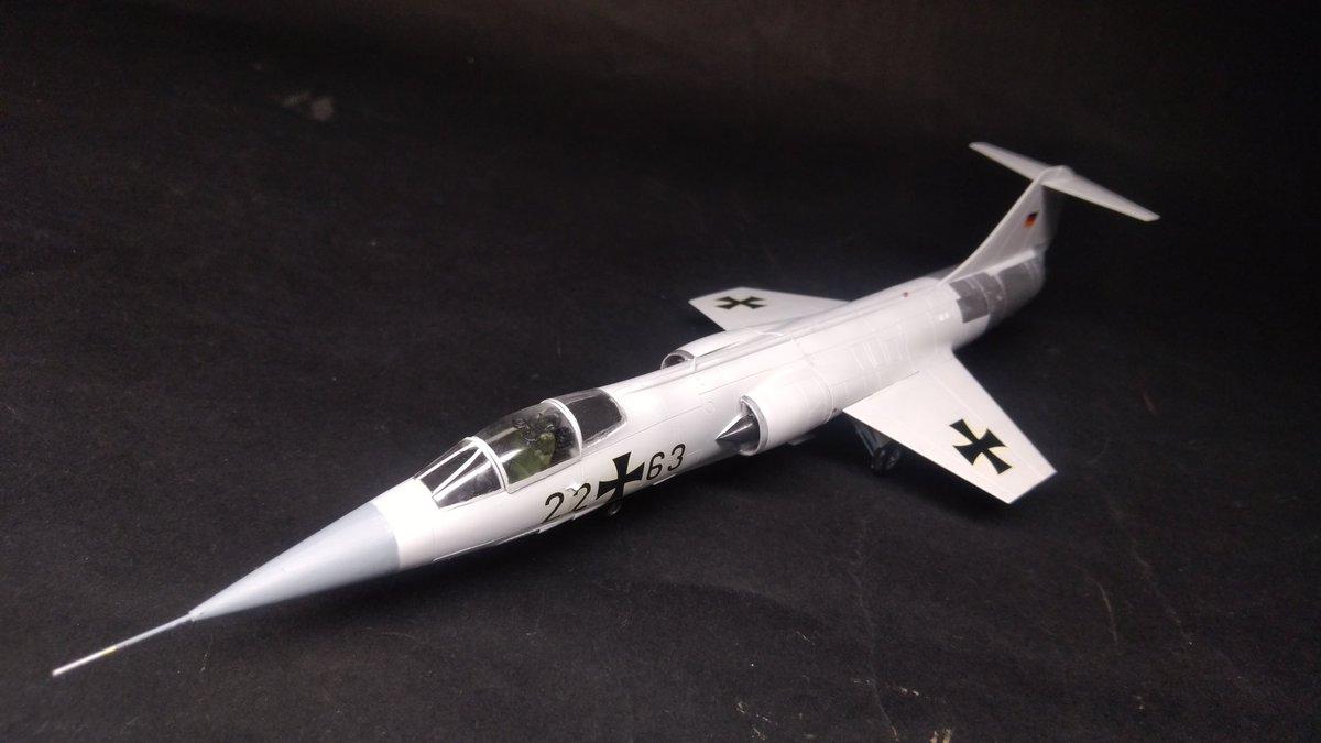 ハセガワ 1/72 F-104G /w B61 完成しました!アメリカでセンチュリーシリーズの一機として開発された本機は本国よりも西側各国で多用され、西ドイツでは優れた低空侵攻能力を生かし戦術核を投下する戦闘爆撃機として運用されましたなお航続距離は短いため、核を投下する先は東ドイツか自国領内へ…