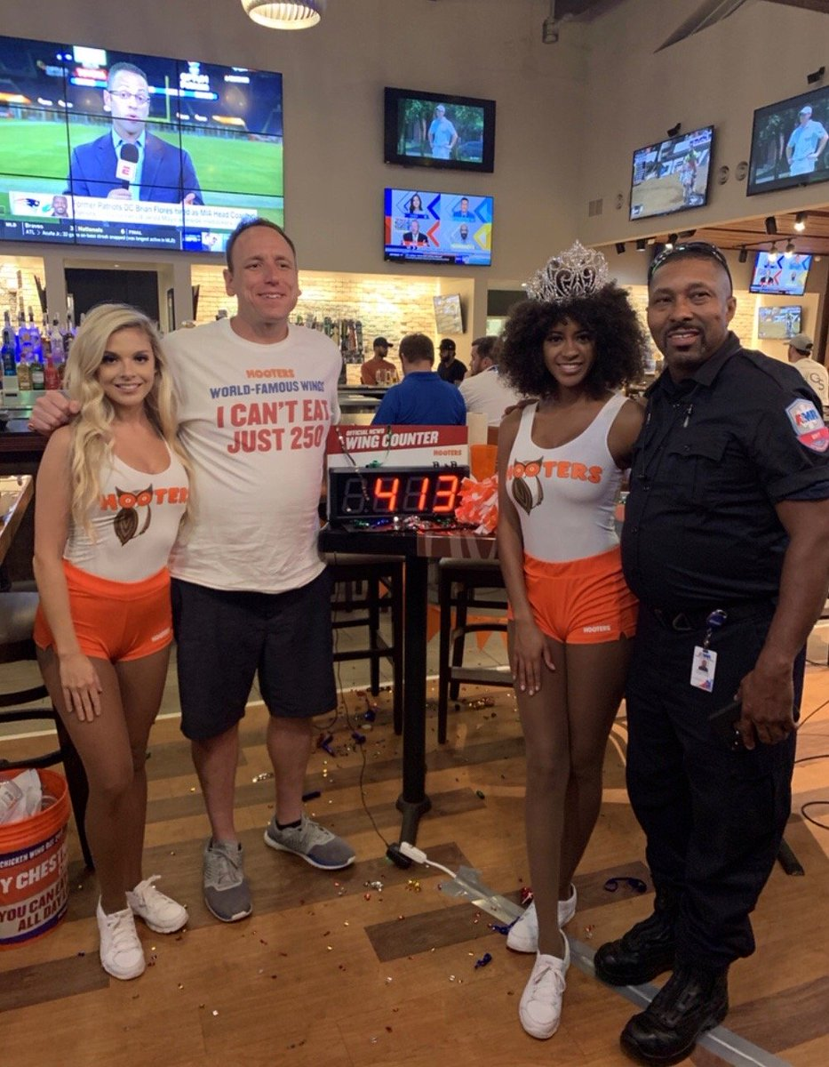 Less than an hour until Joey Chestnut takes on the All You Can Eat Wings @Hooters iDrive in Orlando!! If you're in the area, make your way over to the event for an awesome night with competitive eating GOAT. https://t.co/9qFrP80pP5