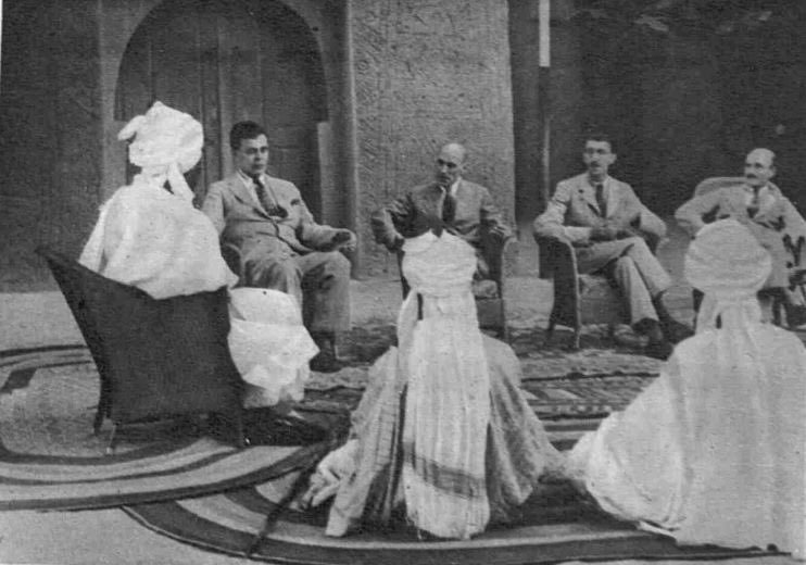 1944 Groundnut Conference In Kano:  Lord Swinton&other delegates discussing with the Emir of Kano Abdullahi Bayero&his Councillors at the Emir's Palace  G/nut productn was d nation major source of revenue b4 Nigerian govt. abandoned agriculture after oil revenues began pouring in <br>http://pic.twitter.com/tyMHK2W8oo