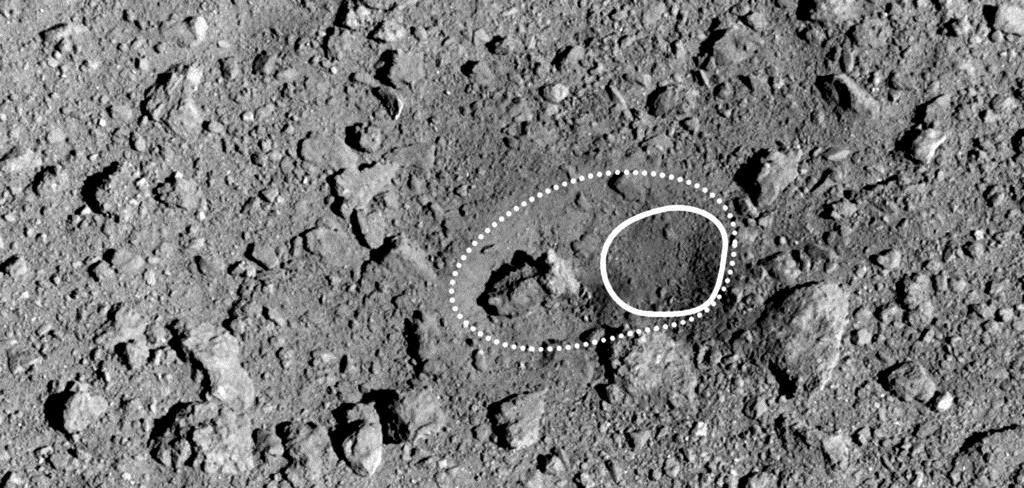 【え?】小惑星りゅうぐうの人工クレーター「おむすびころりん」と命名JAXAの探査機はやぶさ2が小惑星リュウグウの地表に作製した人工クレーターが「おむすびころりん」と命名された。おにぎりのような形の岩が、クレーター内に転がり落ちそうな様子から考えたという。