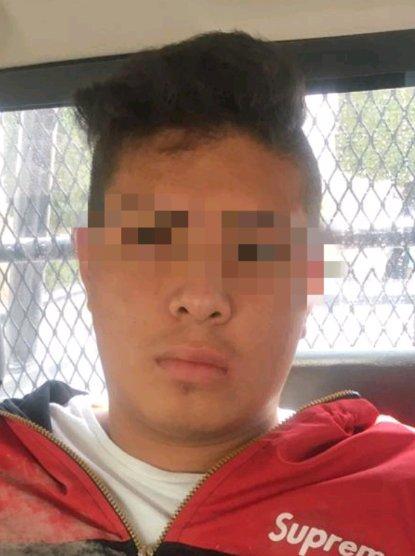 Un vehículo tipo sedán fue detectado por lectores de placa, sobre la carretera a Humilpan; el cual cuenta con reporte de robo, después de iniciar una persecución en la comunidad de Peña Colorada el conductor fue detenido y puesto a disposición de la autoridad competente.