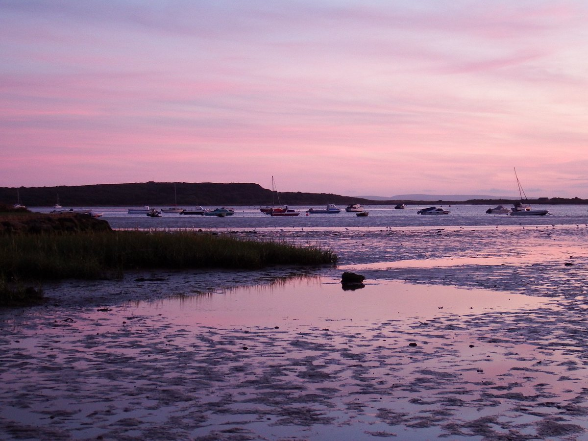 Tonight's lovely sunset at low tide #christchurch harbour @HollyJGreen @AlexisGreenTV @BournemouthMag @DorsetMag @StormHour<br>http://pic.twitter.com/SkU56gq0lK