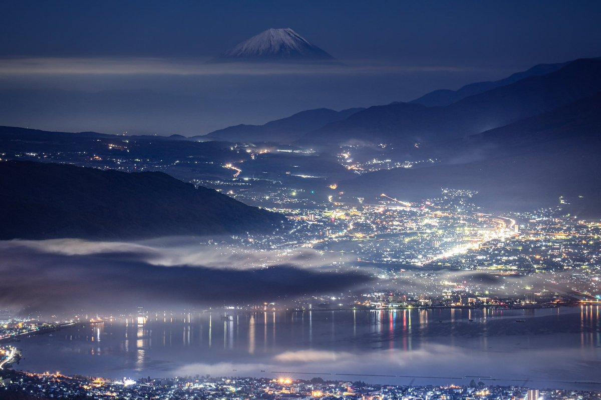 富士山夜景🗻🌃さてさて、今日は免許の更新に行ってきます(渋々2時間講習です(いやいややっぱ今日はやめとくかなぁ(迷い😑#富士山 #スマホレタッチ 富士山カレンダー2020インプレスエイ出版