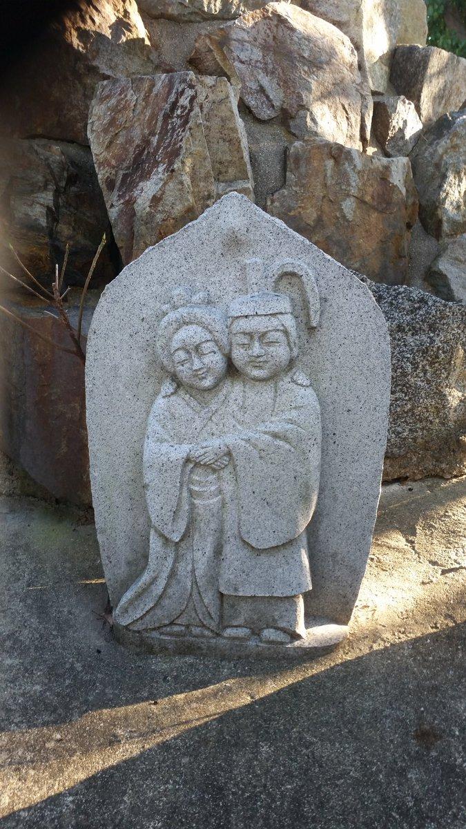 近所の小さな廃寺の裏手に写真の像がポツンとあり、「ほほえましさ」と「もの悲しさ」がない混ぜになった感情が芽生えました。