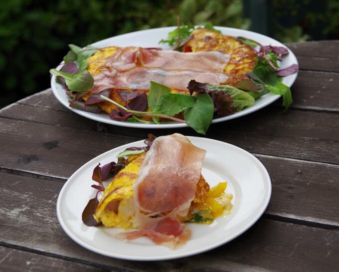 じゃが芋・玉ねぎ・アスパラ・チーズetc…具沢山の、分厚いスパニッシュオムレツ。ベビーリーフをあしらって、生ハムを乗せて。参考レシピ→🍴焼く時は、オリーブオイルにちょっとグラスフェッドバターを使うとコクが増すので、好き。#昼ごはん