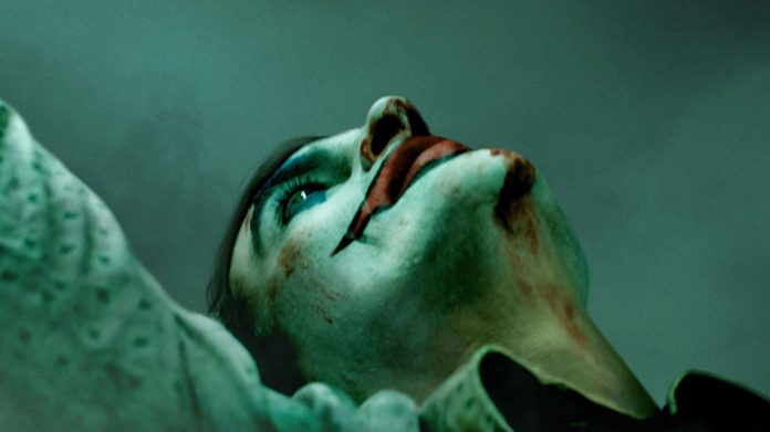 JOKER Movie Gets an Official Hard R Rating   https:// comicbook.com/dc/2019/08/23/ joker-movie-official-r-rating-violence-disturbing-language/   … <br>http://pic.twitter.com/dZQ7YXoJvG